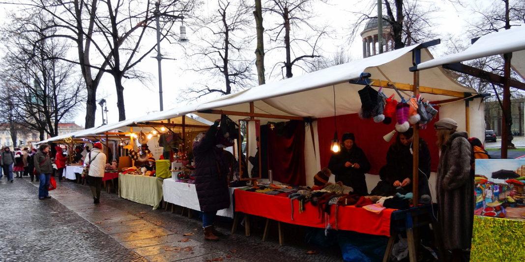 Jarmark świąteczny przed Mueum Broehana, Joanna Maria Czupryna, Przewodnik po Berlinie